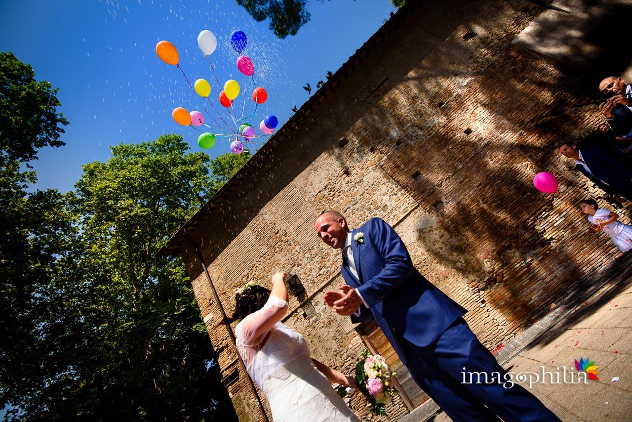 Gli sposi liberano in aria palloncini colorati subito dopo il matrimonio civile nel Complesso Vignola Mattei (Chiesa sconsacrata di Santa Maria in Tempulo a Caracalla, Roma)