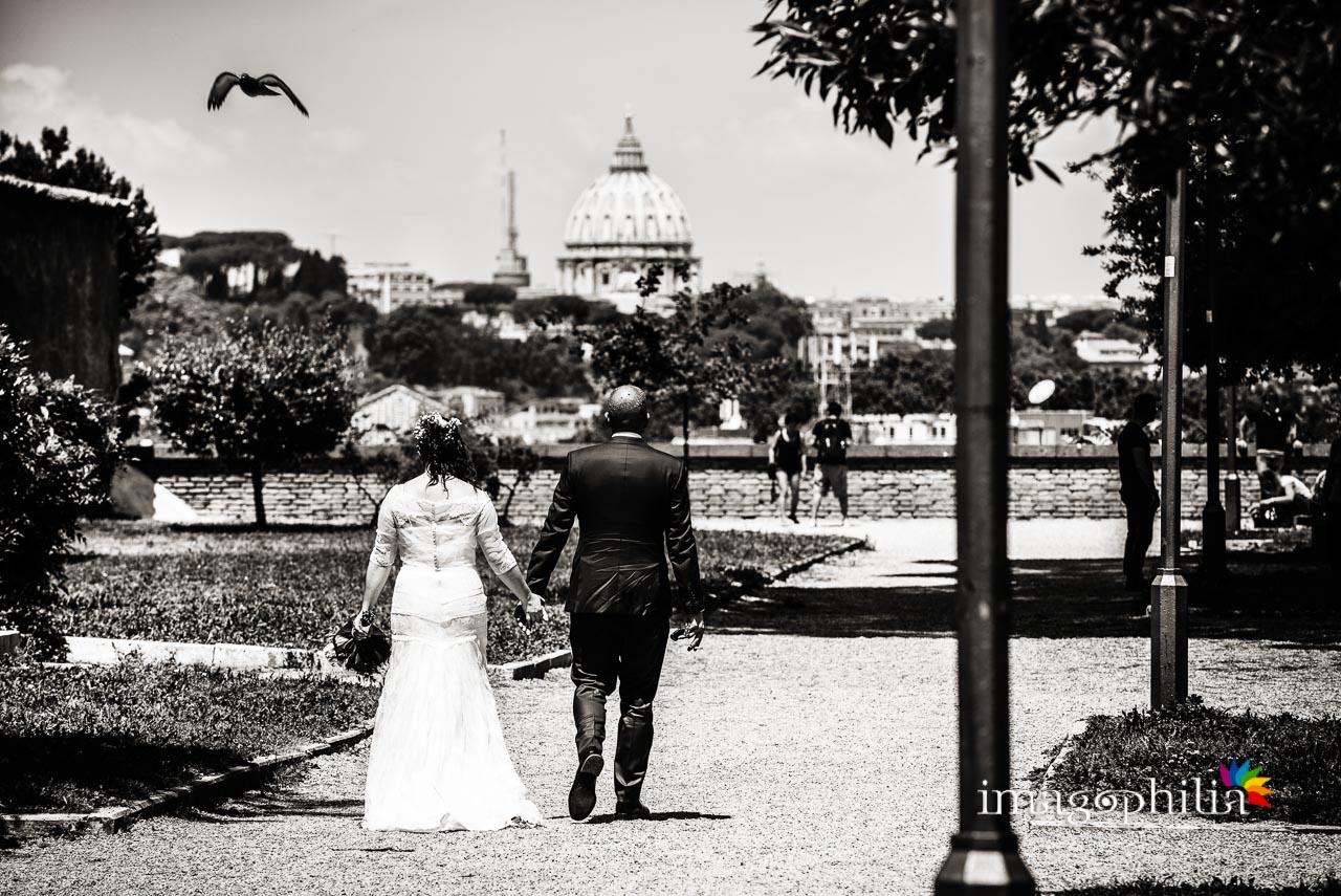 Gli sposi, dopo il matrimonio, passeggiano al Giardino Storico di Sant'Alessio all'Aventino con la cupola di San Pietro sullo sfondo
