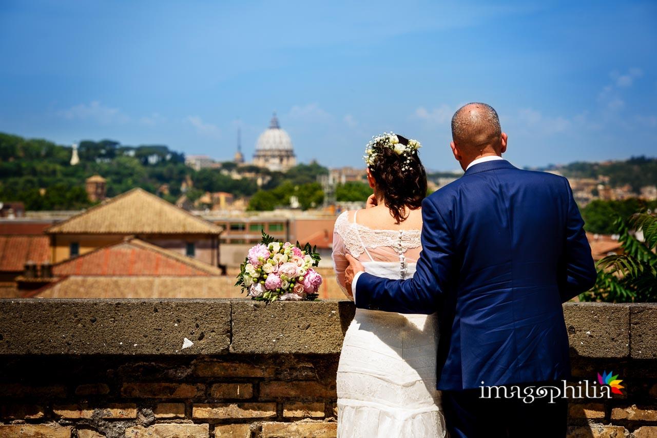 Gli sposi si affacciano dal Giardino Storico di Sant'Alessio all'Aventino / 1