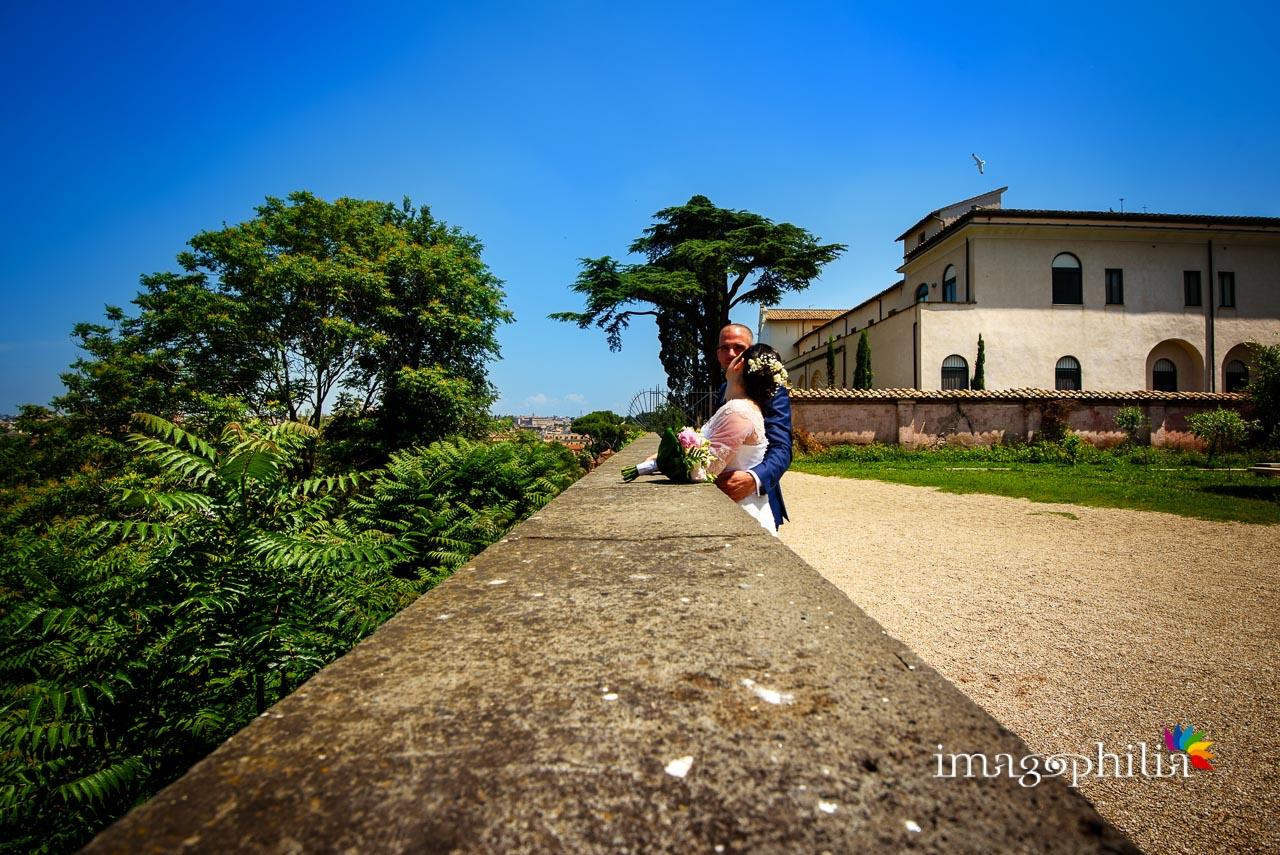 Gli sposi si affacciano dal Giardino Storico di Sant'Alessio all'Aventino / 2