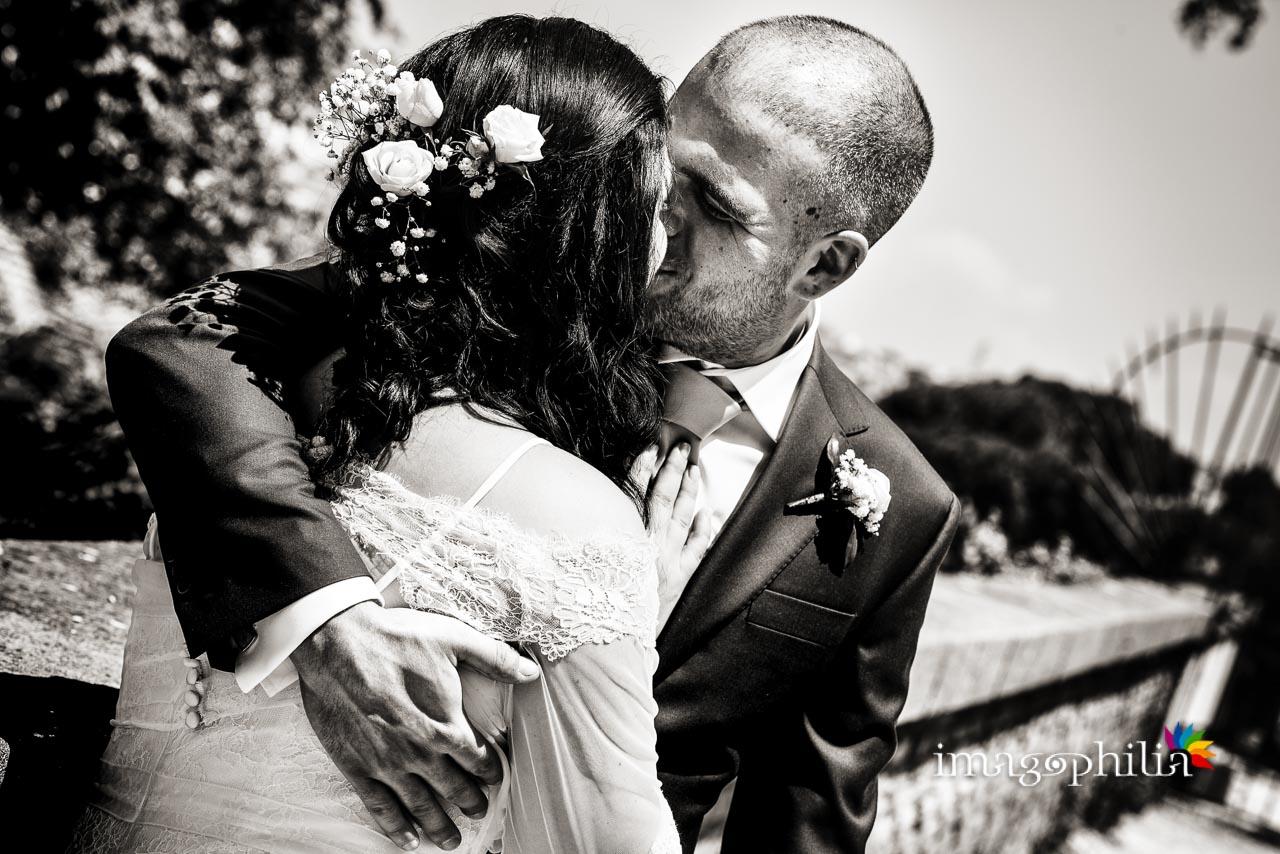 Bacio tra i novelli sposi al Giardino Storico di Sant'Alessio all'Aventino