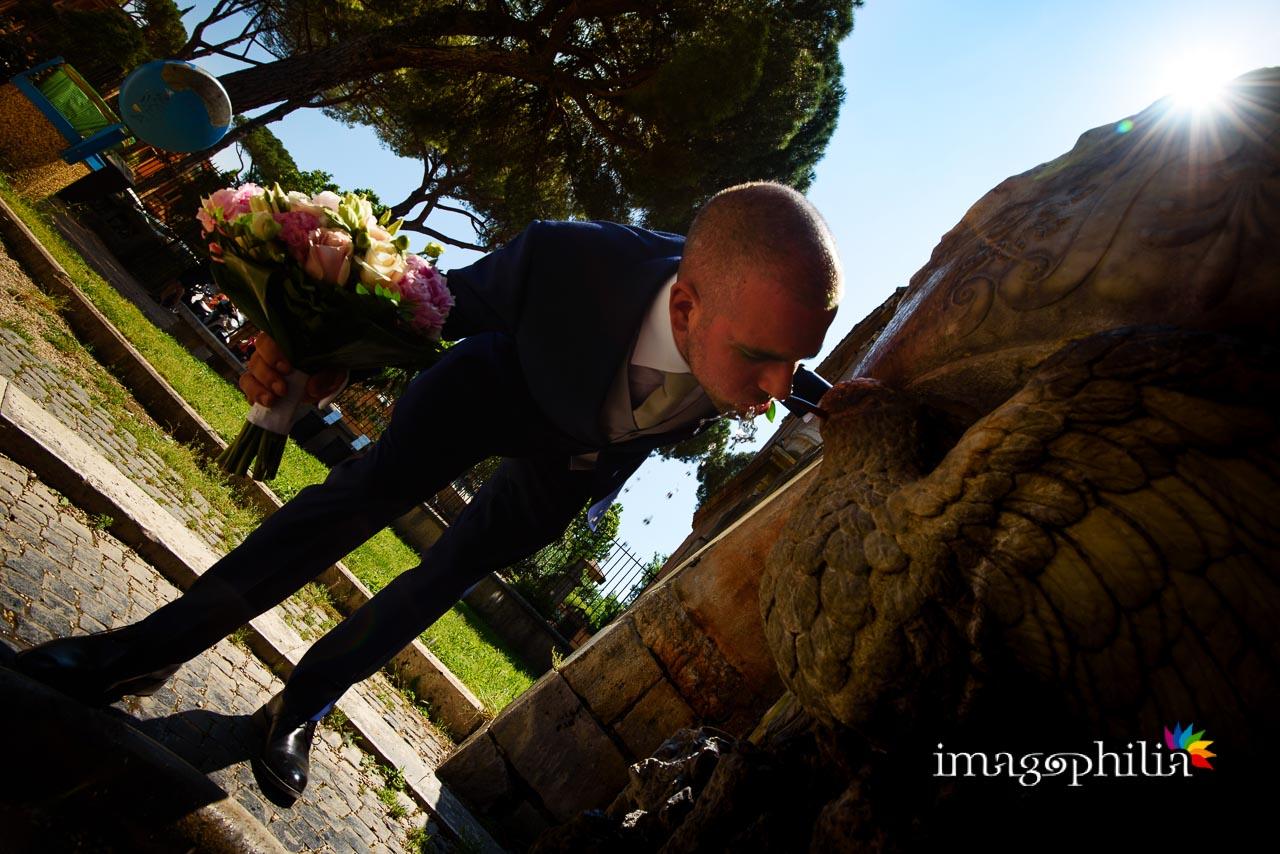 Lo sposo si disseta alla fontanella al Giardino degli Aranci sull'Aventino a Roma