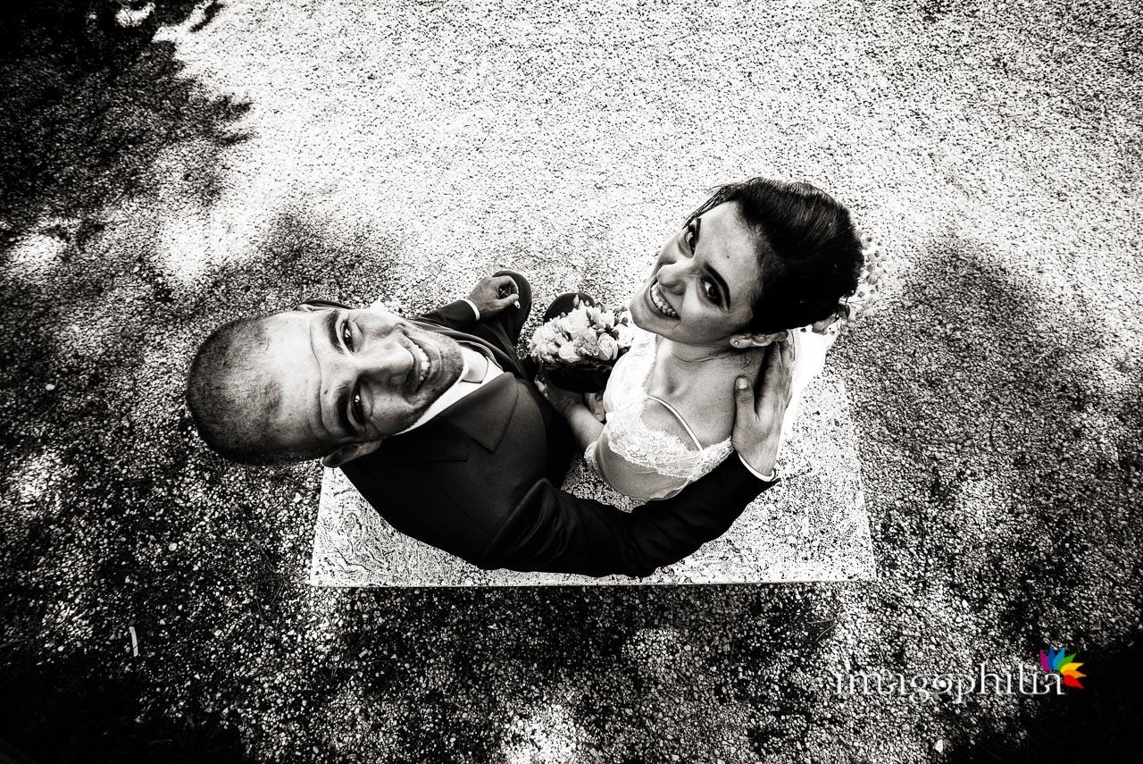 Insoliti punti di vista per gli sposi su una panchina al Giardino degli Aranci sull'Aventino a Roma
