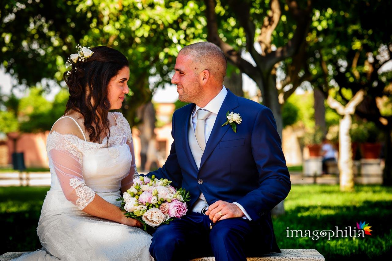 Gli sposi si guardano su una panchina al Giardino degli Aranci sull'Aventino a Roma