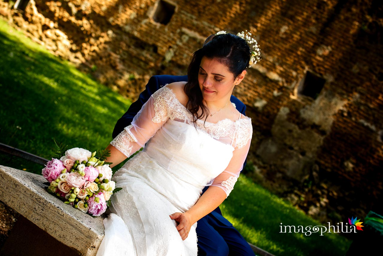 Ritratto della sposa su una panchina al Giardino degli Aranci sull'Aventino a Roma