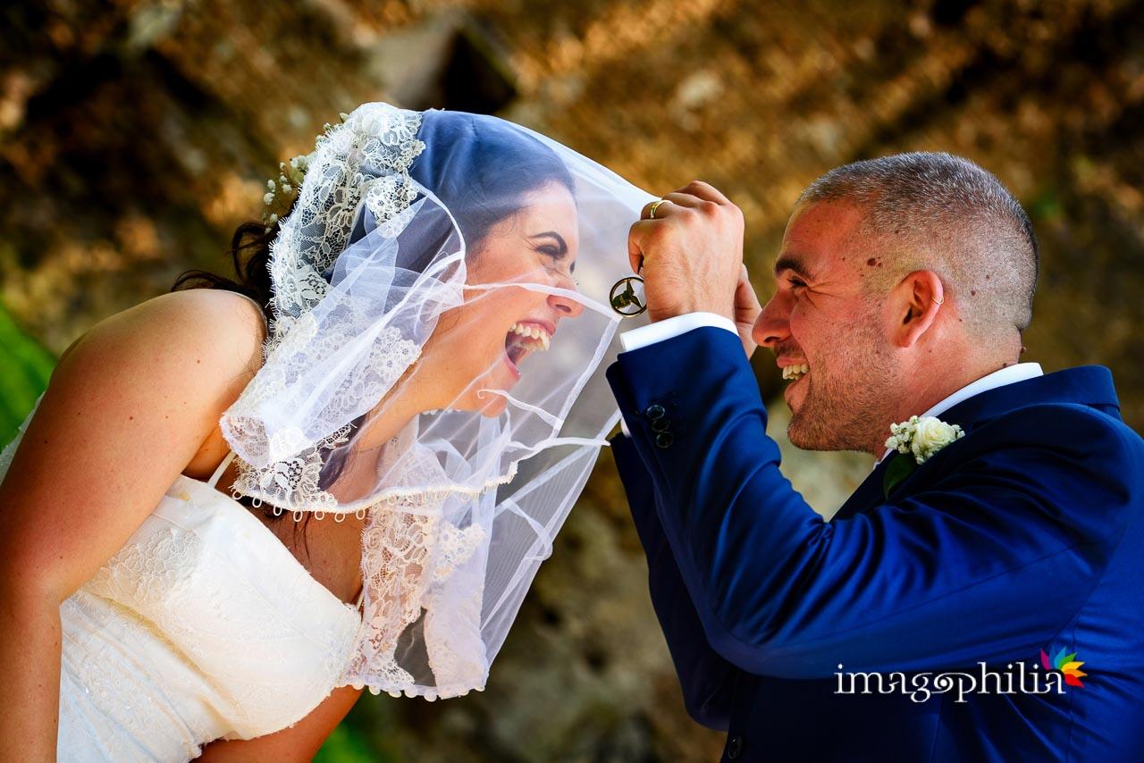 Cucù sotto al velo della sposa su una panchina al Giardino degli Aranci sull'Aventino a Roma