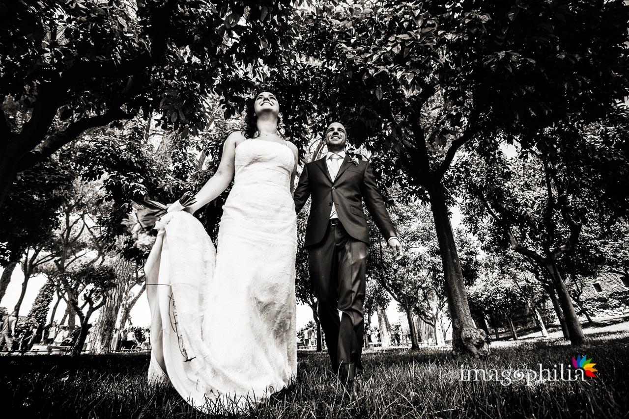 Gli sposi lasciano il Giardino degli Aranci sull'Aventino a Roma per andare a pranzo