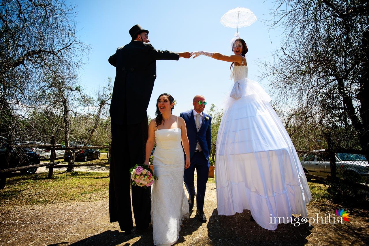 Gli sposi in trionfo sotto ai due amici trampolieri arrivano in Sabina, al Borghetto d'Arci (agriturismo a Passo Corese) / 1
