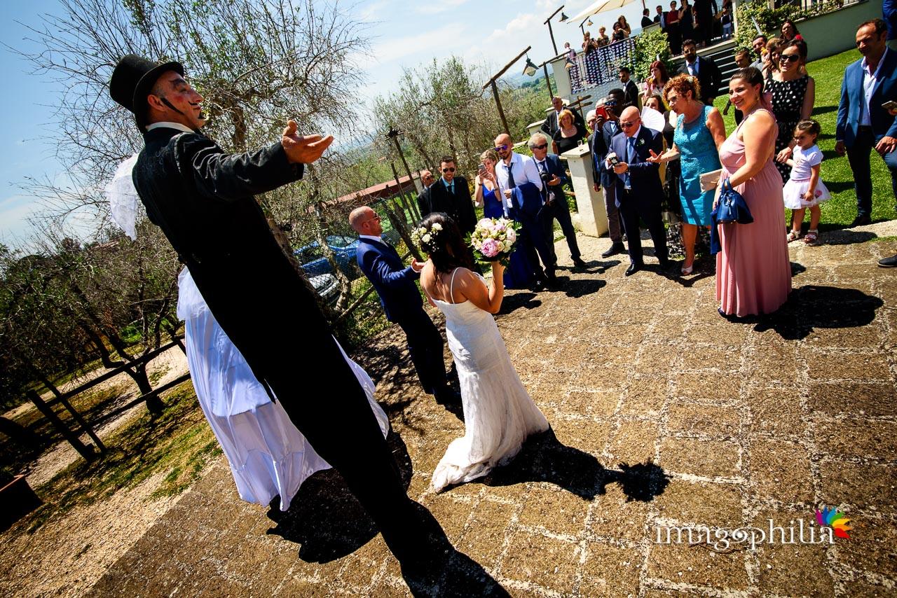 Gli sposi in trionfo sotto ai due amici trampolieri arrivano in Sabina, al Borghetto d'Arci (agriturismo a Passo Corese) / 2