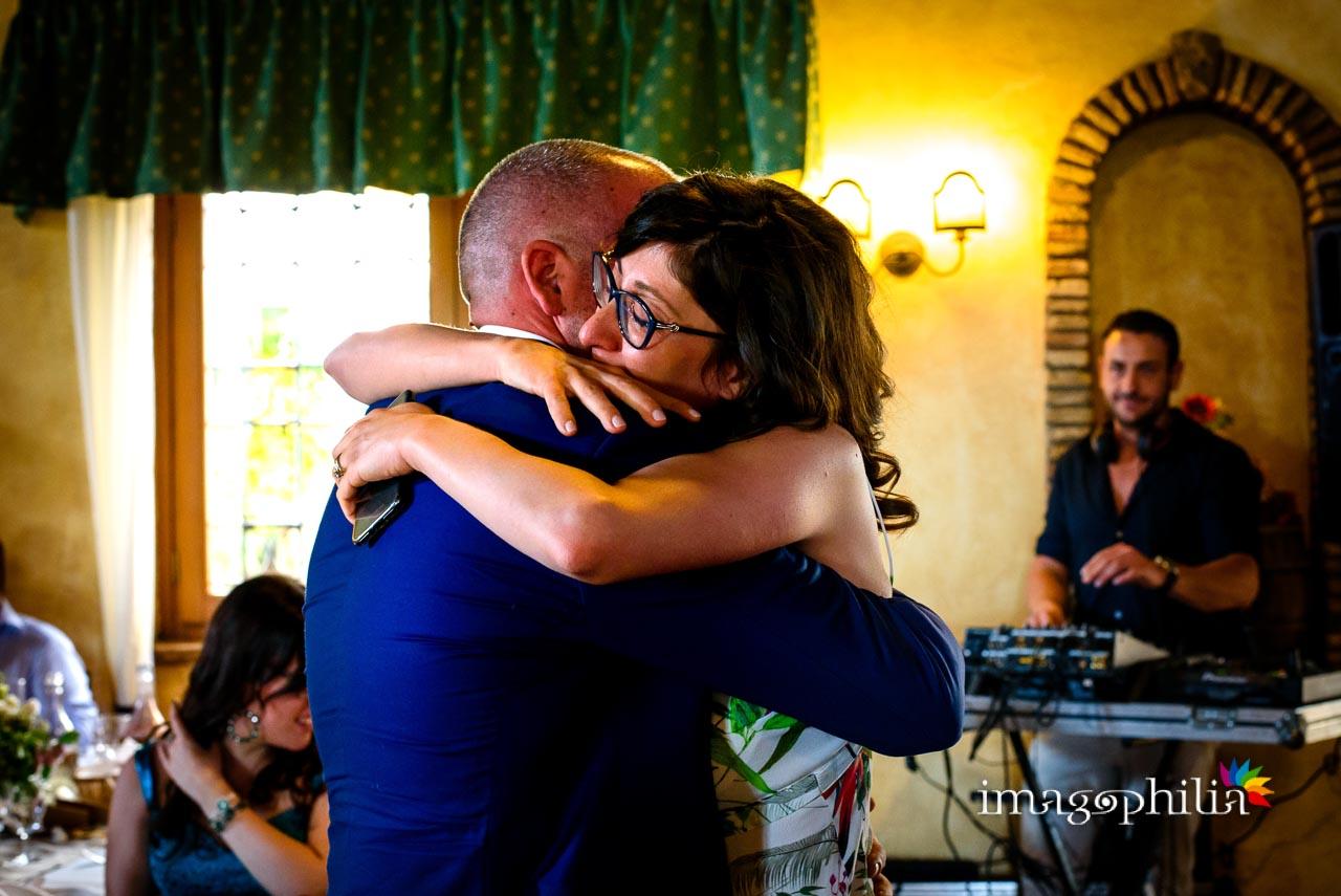 Abbraccio durante il ricevimento di matrimonio al Borghetto d'Arci (agriturismo a Passo Corese)