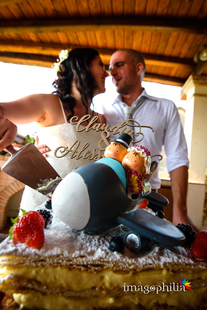 Taglio della torta nuziale al termine del ricevimento di nozze al Borghetto d'Arci (agriturismo a Passo Corese)