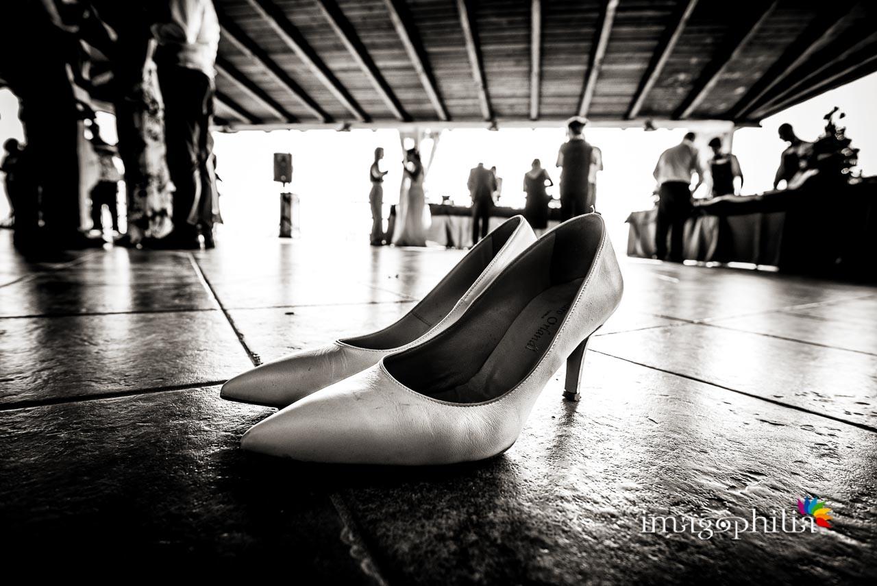 Le scarpe della sposa sedotte e abbandonate al termine del ricevimento di nozze al Borghetto d'Arci (agriturismo a Passo Corese)