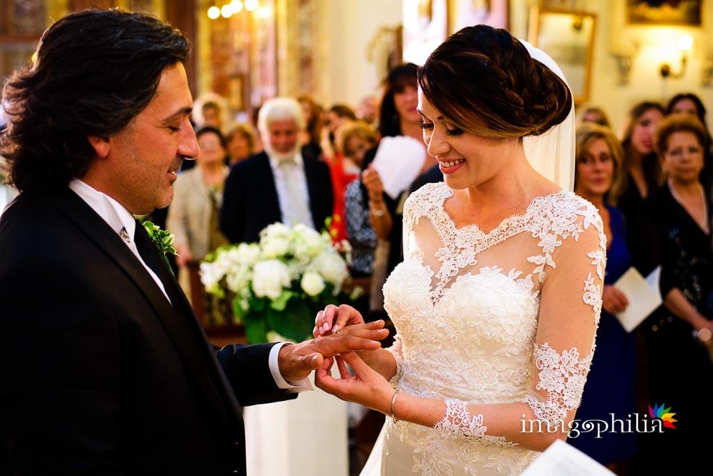Scambio degli anelli durante il matrimonio nella Chiesa di San Giovanni nel borgo medievale di Nettuno