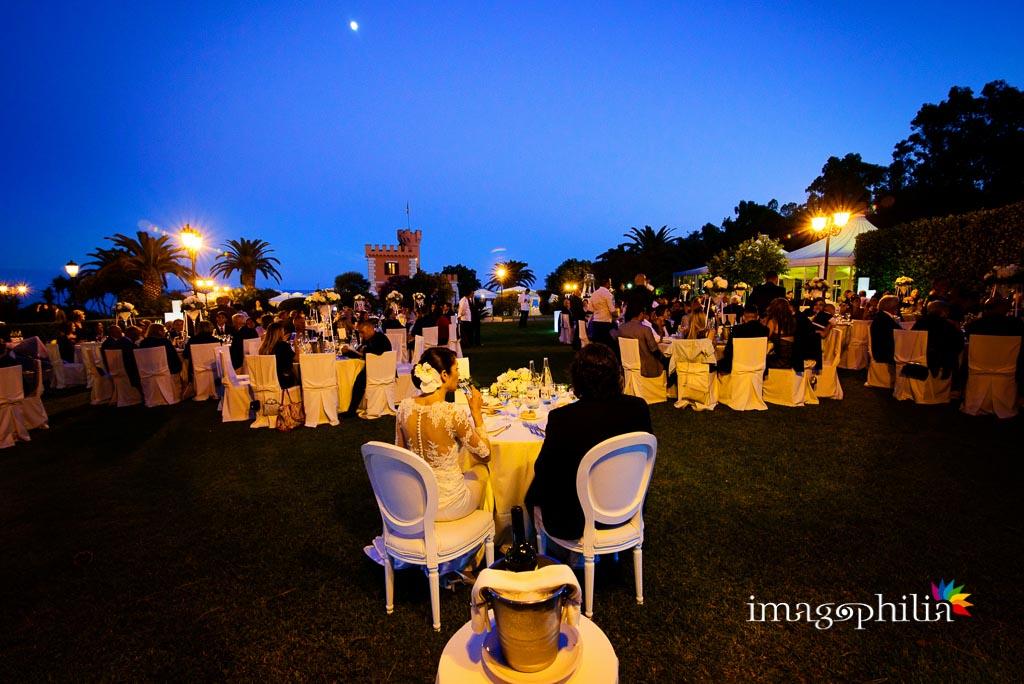 Ricevimento di matrimonio sul prato presso il Castello Borghese a Nettuno