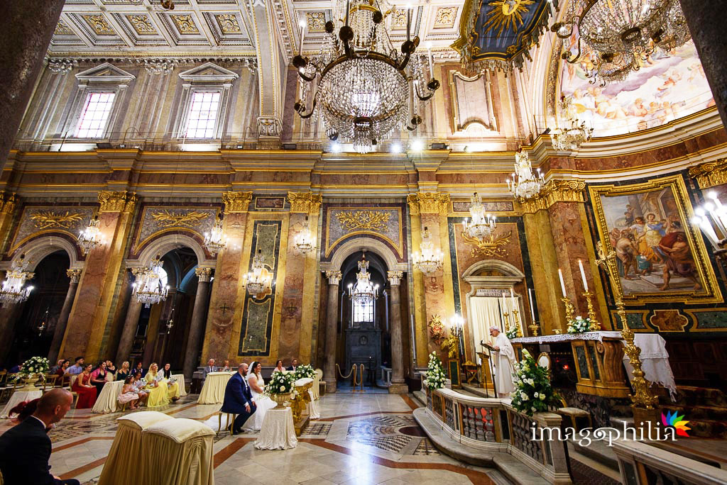 Foto matrimonio nella chiesa dei lampadari a Roma