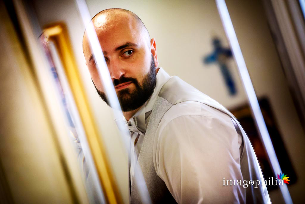 Lo sposo si osserva allo specchio durante la preparazione