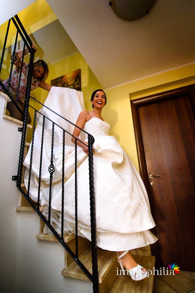 La sposa scende le scale di casa poco prima di uscire