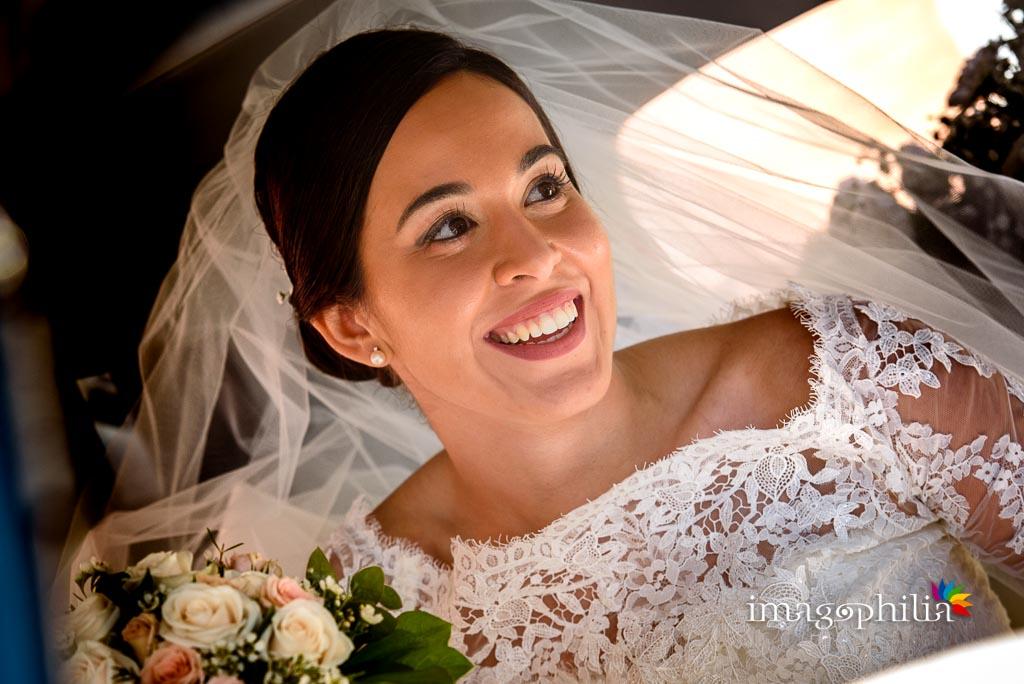 Ritratto della sposa in auto
