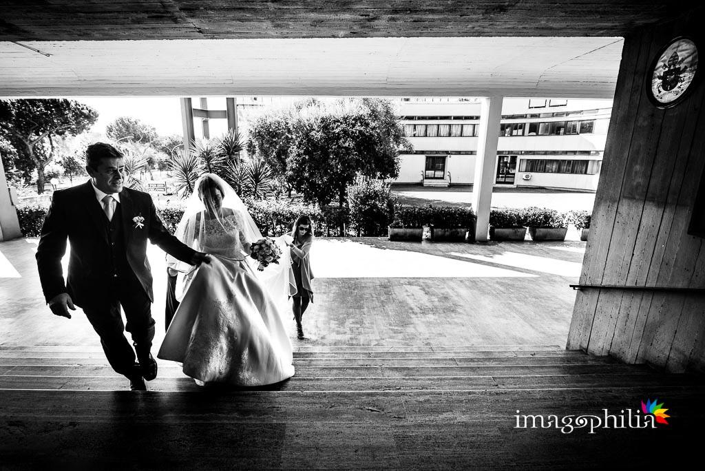 La sposa accompagnata dal papà all'ingresso della Chiesa di San Gregorio Barbarigo, Roma Eur