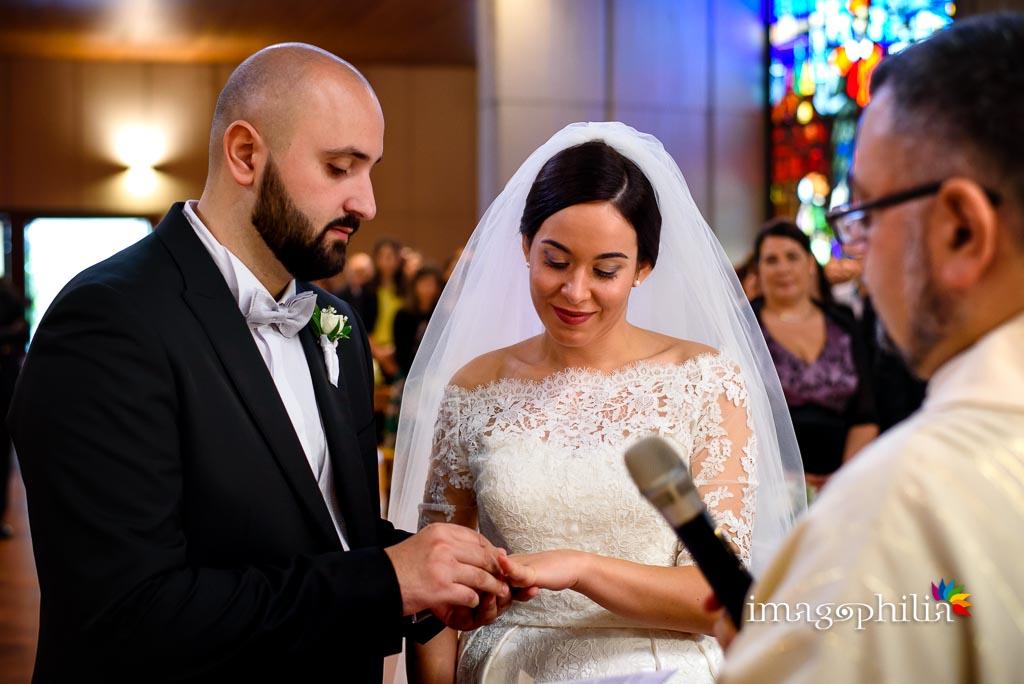 Scambio degli anelli nuziali durante il matrimonio nella Chiesa di San Gregorio Barbarigo, Roma Eur