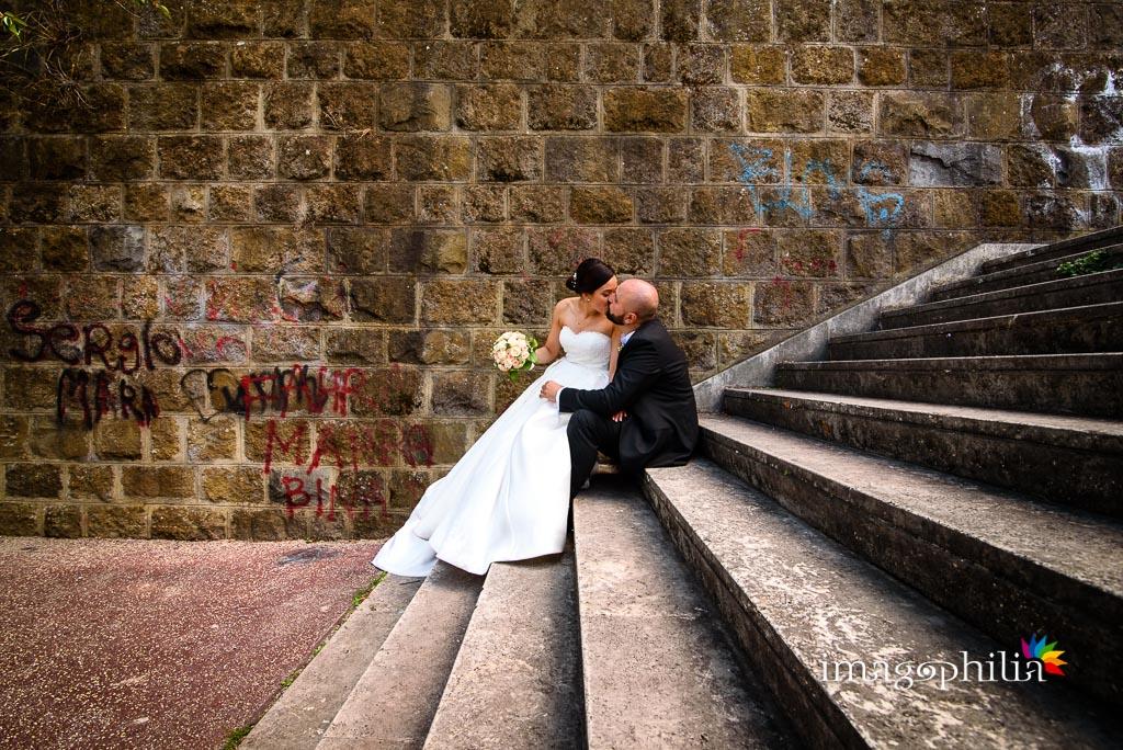 Gli sposi accoccolati su una scalinata accanto al laghetto dell'Eur a Roma / 3