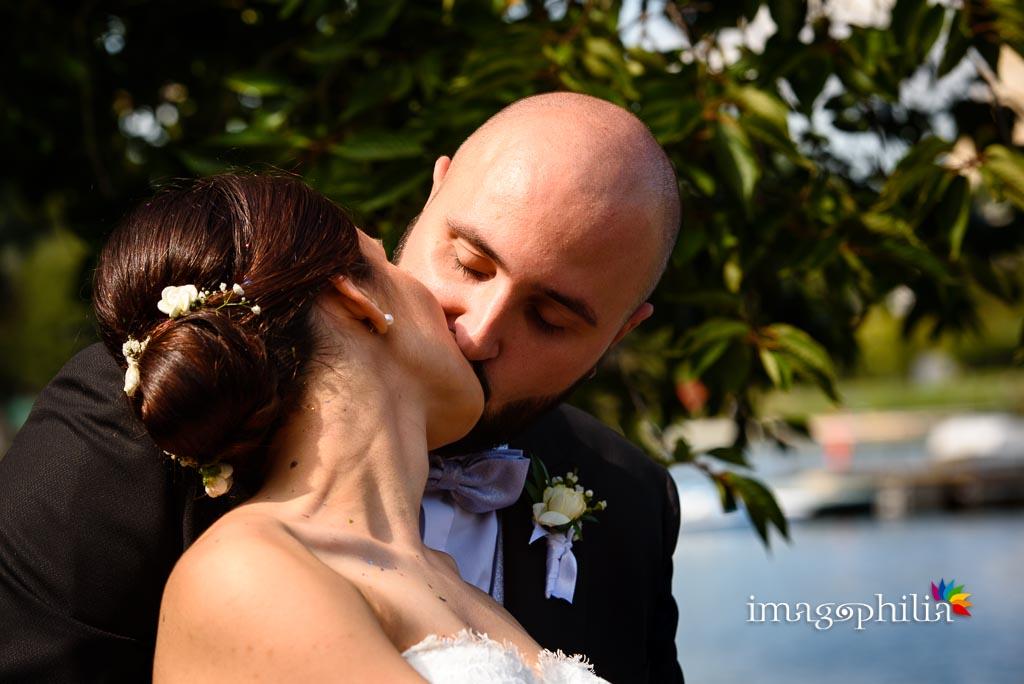 Bacio tra gli sposi in riva al laghetto dell'Eur a Roma
