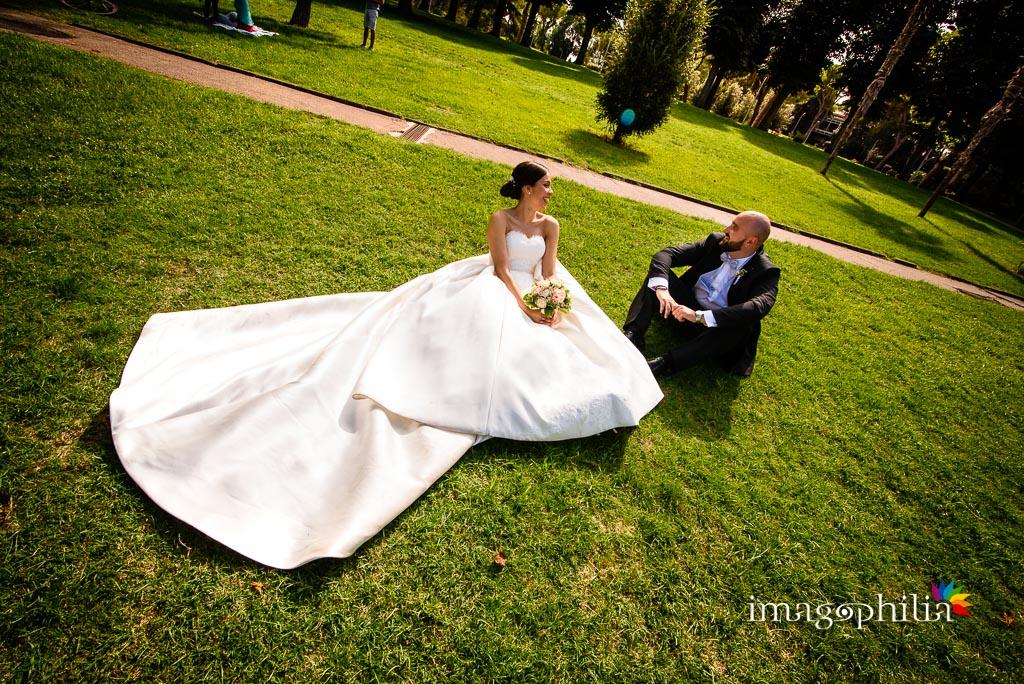 Gli sposi sul prato del parco accanto al laghetto dell'Eur a Roma