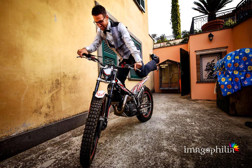 Lo sposo pronto a bordo della sua moto da trial!