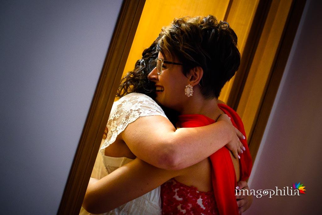 Abbraccio con la testimone della sposa