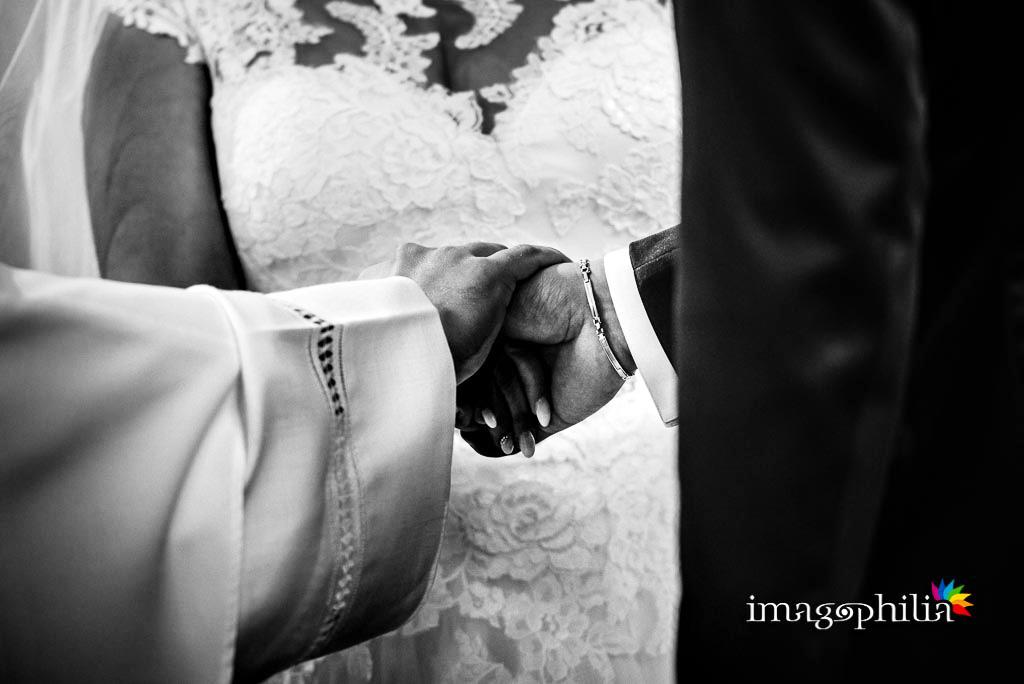 Il celebrante unisce in matrimonio i novelli sposi nella Chiesa della Natività della Beata Vergine Maria a Santa Maria delle Mole