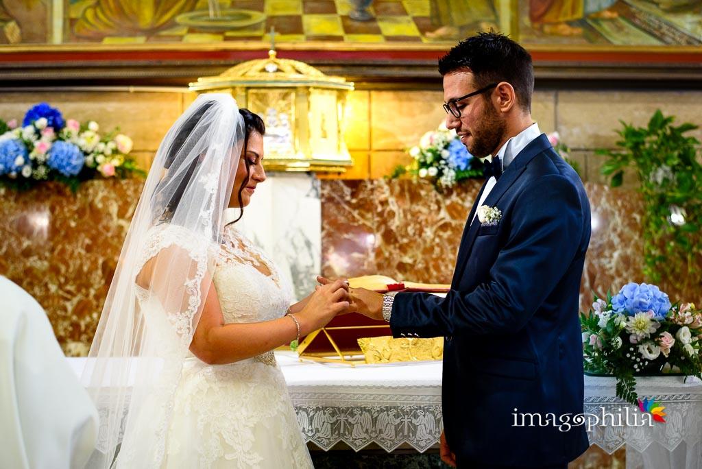 Scambio degli anelli nuziali nella Chiesa della Natività della Beata Vergine Maria a Santa Maria delle Mole