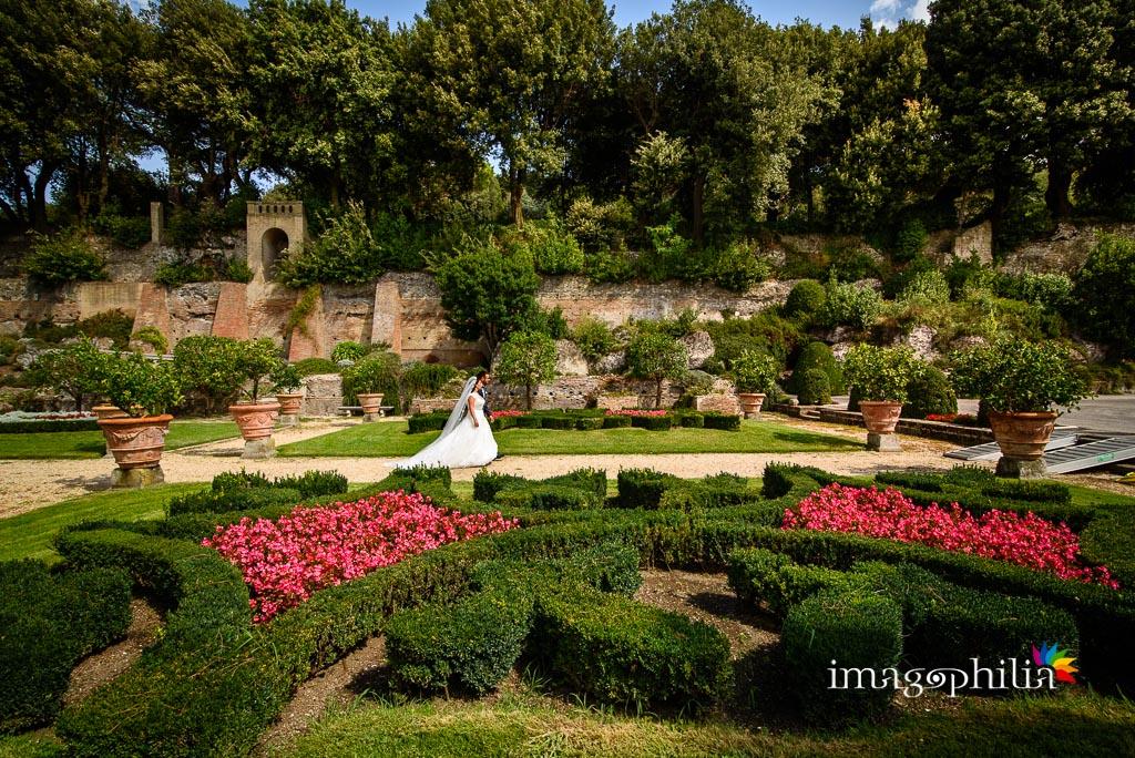 Gli sposi passeggiano per le Ville Pontificie di Castel Gandolfo (giardino di Villa Barberini) / 2