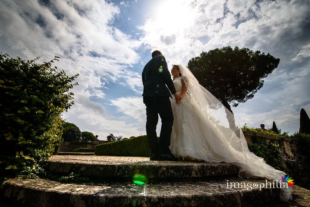 Gli sposi ritratti in controluce su una scalinata delle Ville Pontificie di Castel Gandolfo (giardino di Villa Barberini)