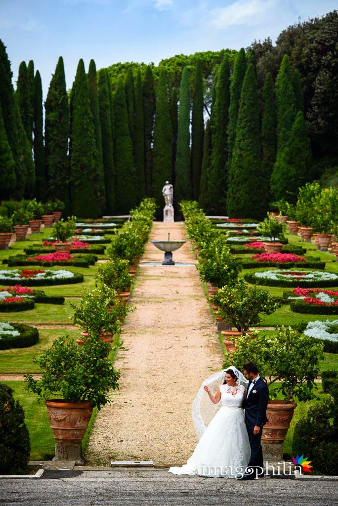 Gli sposi nel giardino delle Ville Pontificie di Castel Gandolfo