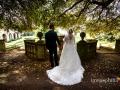 Gli sposi all'inizio del giardino delle Ville Pontificie di Castel Gandolfo