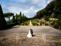 Gli sposi si baciano su una scalinata delle Ville Pontificie di Castel Gandolfo (giardino di Villa Barberini)