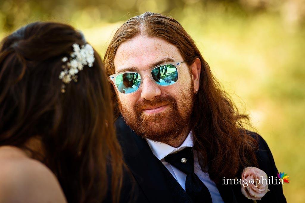 Gli sposi si guardano… una dentro l'occhiale e l'altro attraverso!