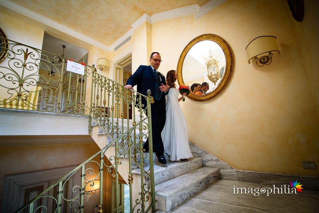 La sposa, accompagnata dal papà, scende sulla balconata della Casina di Poggio della Rota