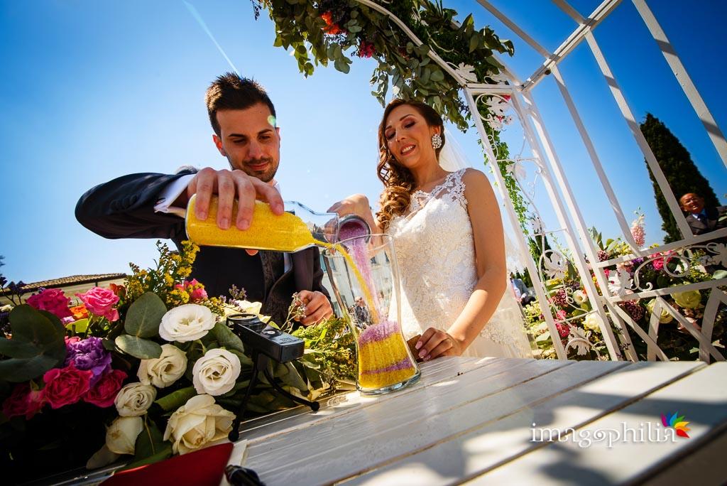 Rito della sabbia durante il matrimonio sulla balconata della Casina di Poggio della Rota