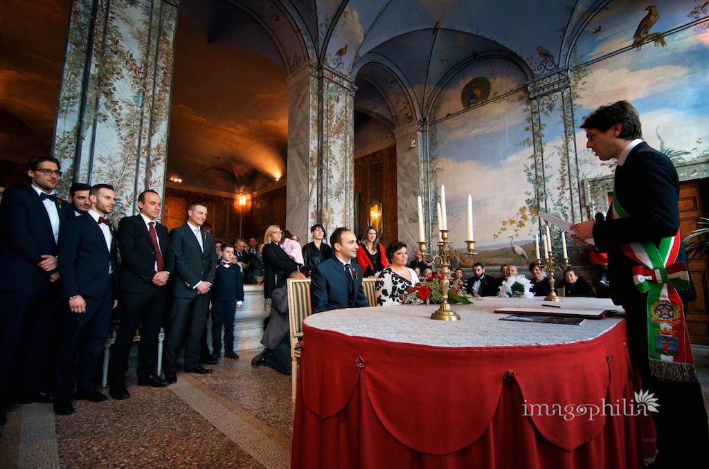 Matrimonio civile nella sala da pranzo d'estate all'interno di Palazzo Chigi ad Ariccia