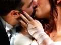 Tenero bacio tra gli sposi a Parco Chigi ad Ariccia