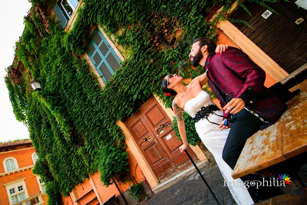 Gli sposi fumano tra i vicoli di Trastevere a Roma