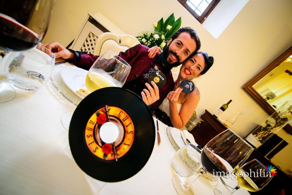 Cavaliere Guns n' Roses al tavolo degli sposi durante il matrimonio rock a Casale Baldetti