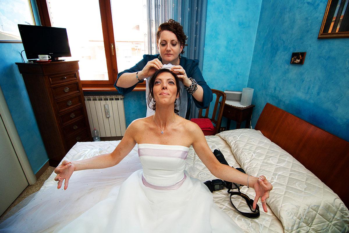 Margherita sistema il velo alla sposa