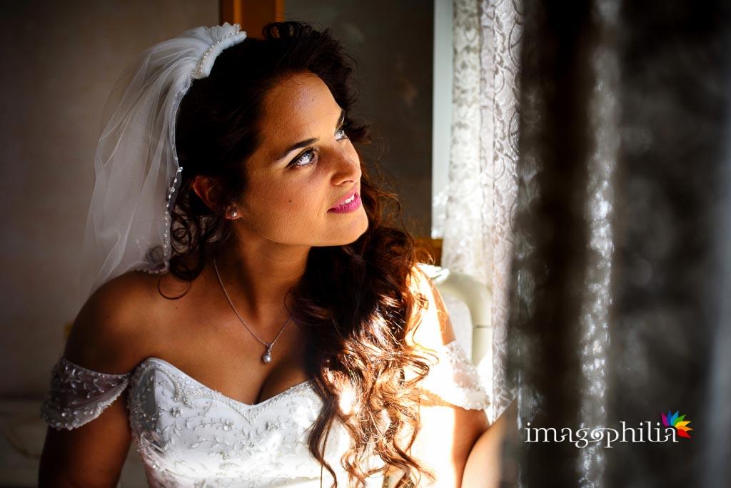 Ritratto della sposa accanto alla finestra