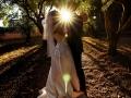 Il sposi ritratti in controluce al tramonto nel boschetto della Villa dei Volsci a Velletri