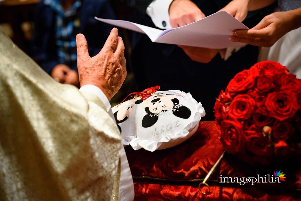 Benedizione delle fedi nuziali sul cuscinetto, in tema Walt Disney, durante il matrimonio nella Chiesa del Sacro Cuore del Suffragio a Roma
