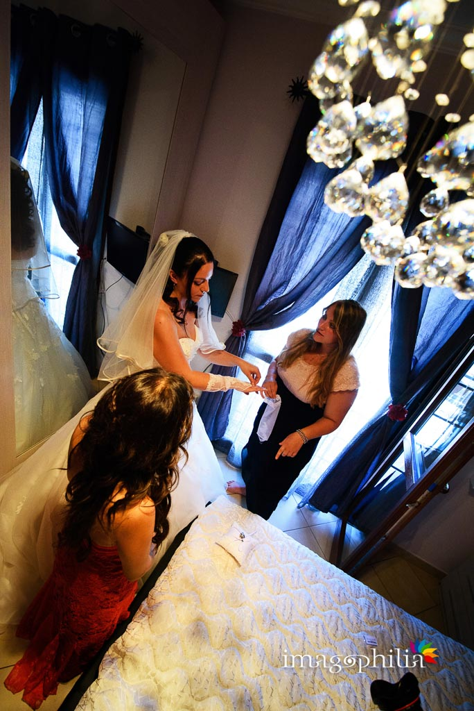 Ultime fasi della preparazione della sposa a casa