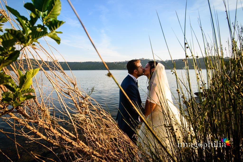 Bacio tra gli sposi in riva al Lago Albano