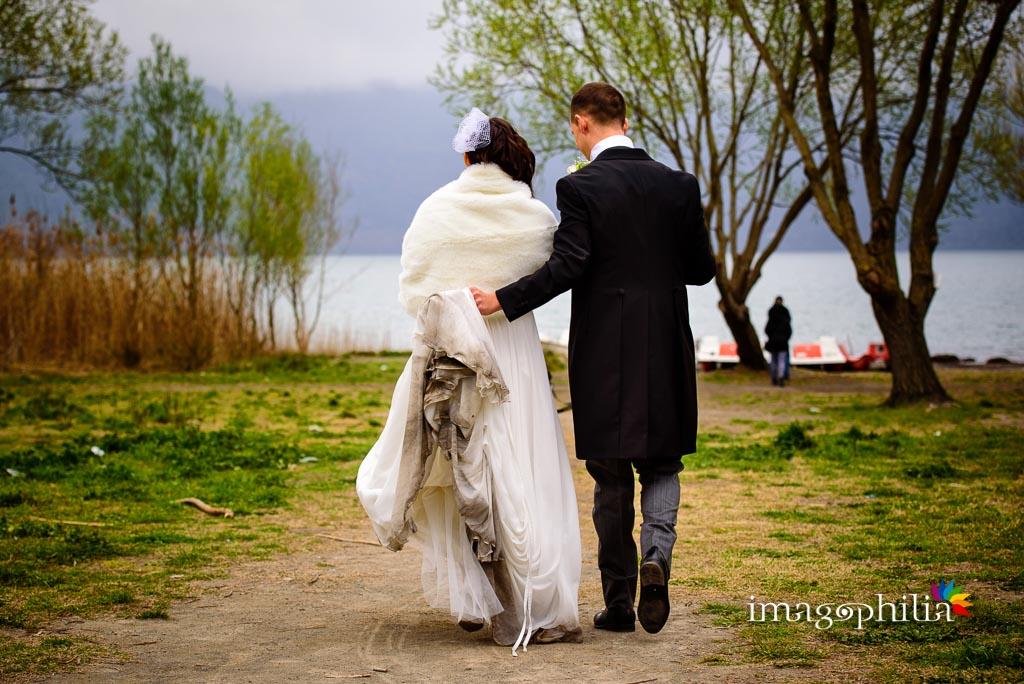 Gli sposi dopo il matrimonio nel borgo di Castel Gandolfo con il lago sullo sfondo